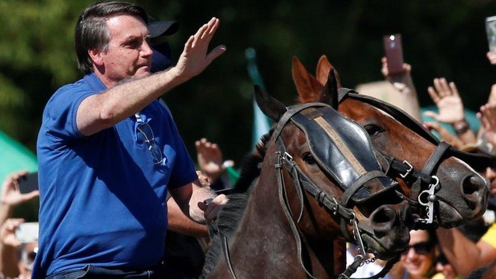 Bolsonaro em cavalo acena para manifestantes