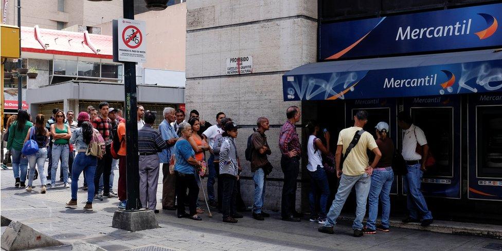 Filas en bancos de Venezuela.