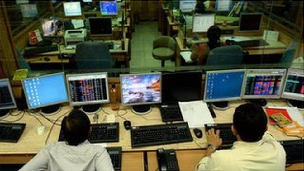 सेंसेक्स: कोरोना से डरा बाज़ार, निवेशकों के डूबे 4 लाख करोड़ रुपए