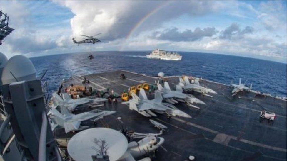 """2018年,美國核動力航空母艦卡爾文森號戰鬥群在南中國海開展""""例行巡邏""""資料圖。"""