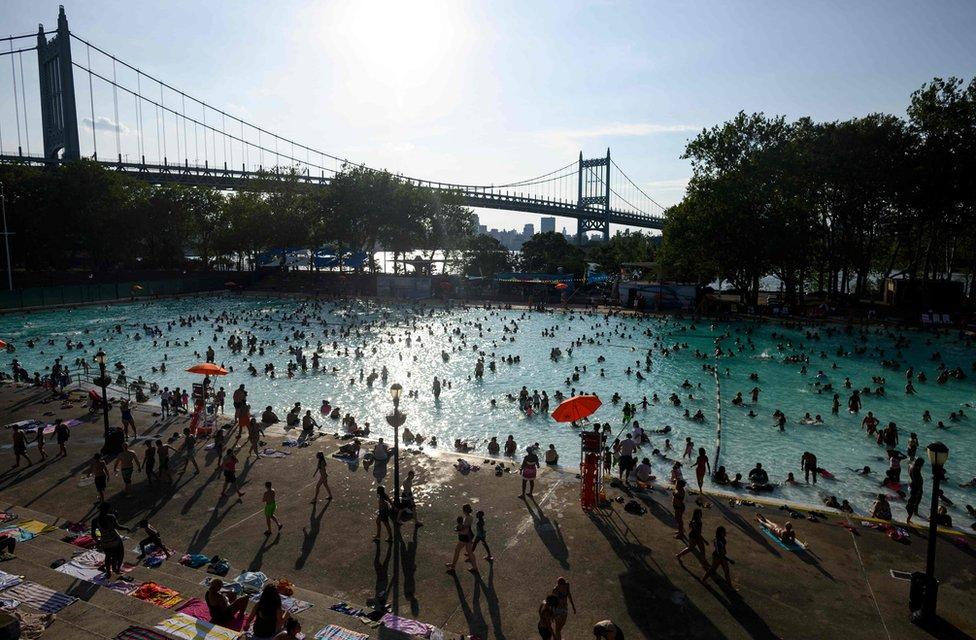 يستمتع المستحمون في مسبح أستوريا في القيظ