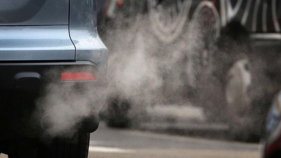 Los contaminantes provienen de la combustión de combustible.