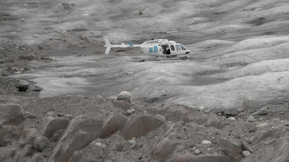 Un helicóptero sobrevuela el glaciar Sermilik.