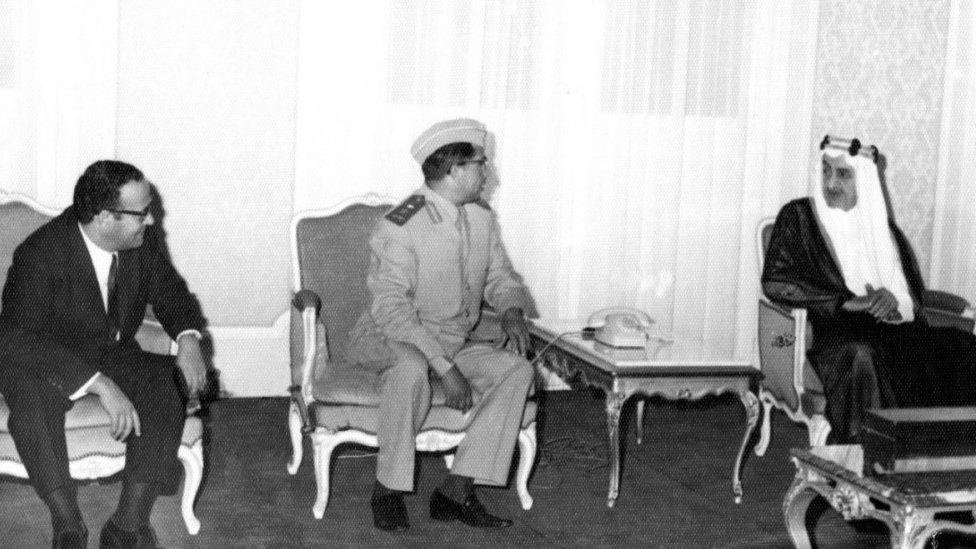 مع الفيصل وبجواره الفريق حسن العمري رئيس الوزراء والقائد العام للجيش اليمن