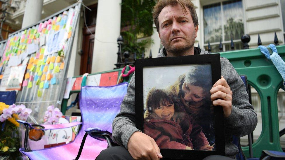 ريتشارد راتكليف مضرباً عن الطعام أمام السفارة الايرانية في لندن