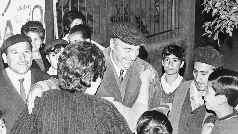 Pablo Neruda se reúne con locales.