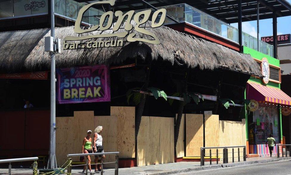 Discoteca fechada com tapumes durante o dia em Cancún