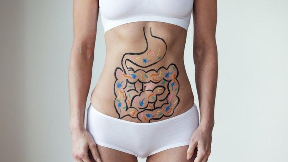 รูปผู้หญิงมีภาพลำไส้ที่หน้าท้อง