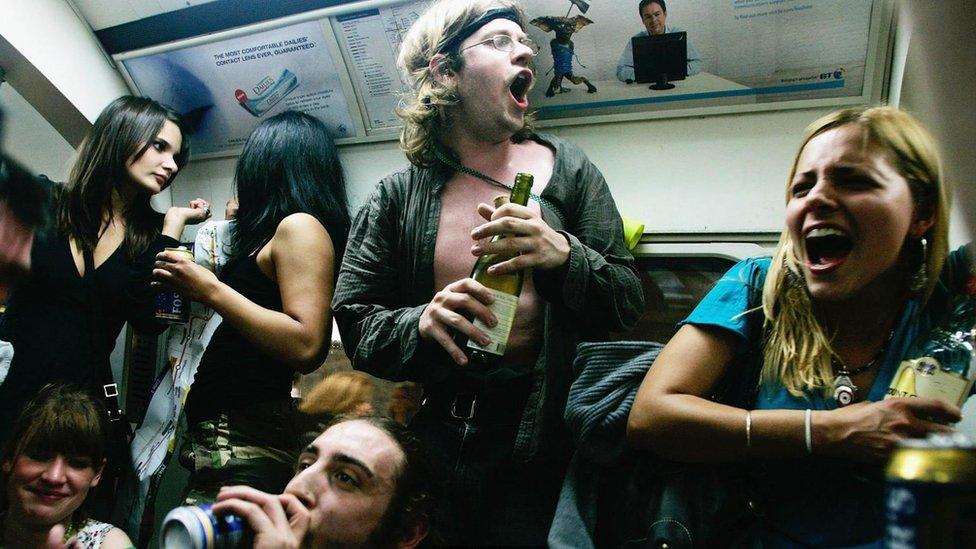 Jóvenes con alcohol en el metro.