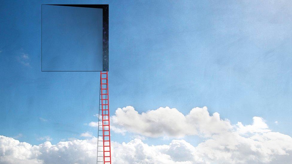 Puerta en el cielo que se abre al espacio con escalera
