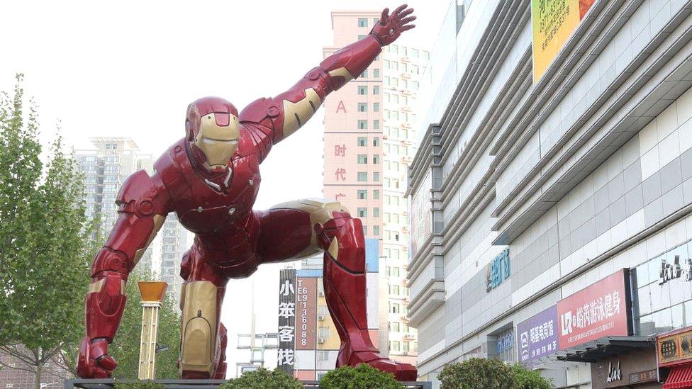 Escultura de Iron Man, el héroe de Marvel, en Zhengzhou, China.