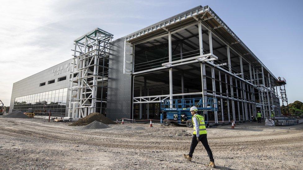 İngiltere'de yapımı devam eden aşı üretim tesisi.