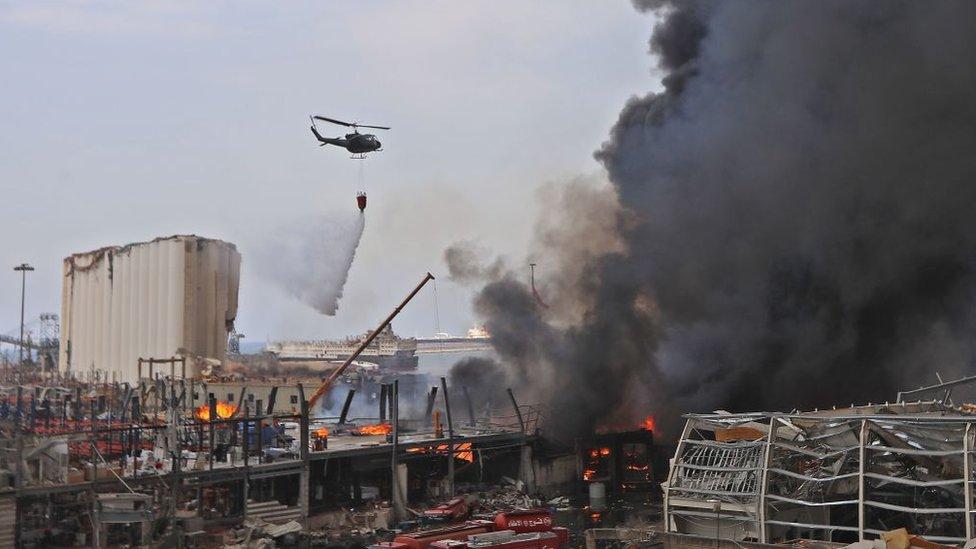 Helicóptero lanzando agua.