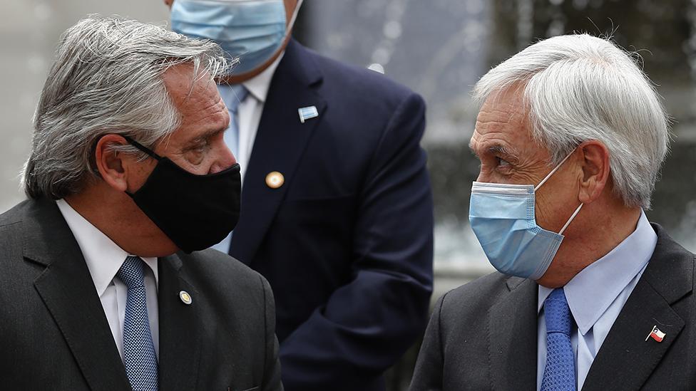 Alberto Fernández (izquierda) y Sebastián Piñera en el Palacio de La Moneda durante una visita del presidente argentino a Santiago