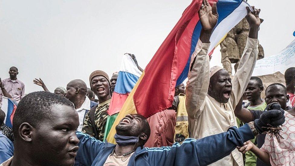 متظاهرون في العاصمة باماكو ضد القوات الفرنسية، يلوحون بالعلم الروسي