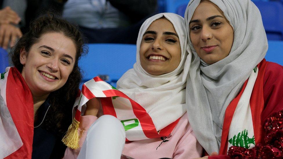 مشجعات لبنانيات قبل بدء المباراة