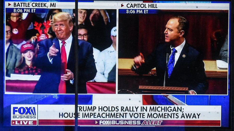 Pantalla de televisión dividida con Trump y el Congreso