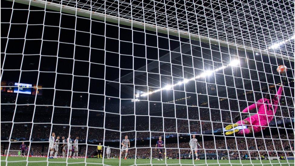 El portero brasileño Allison no puede evitar el gol número 600 de Messi.