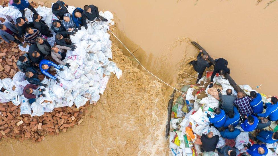 Obilne i dugotrajne padavine, kao i oluje dodatno otežavaju napore spasilaca