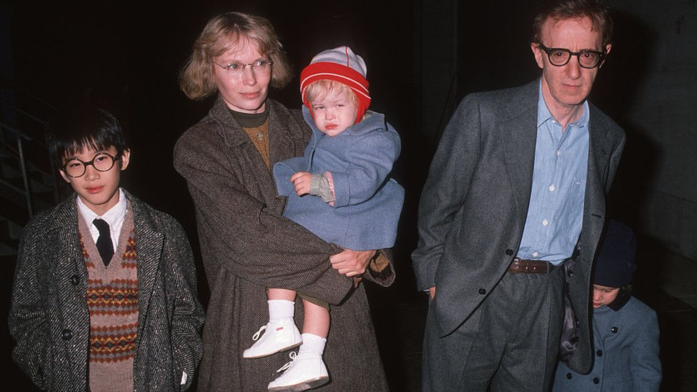 Mia Farrow y Woody Allen con varios de sus hijos