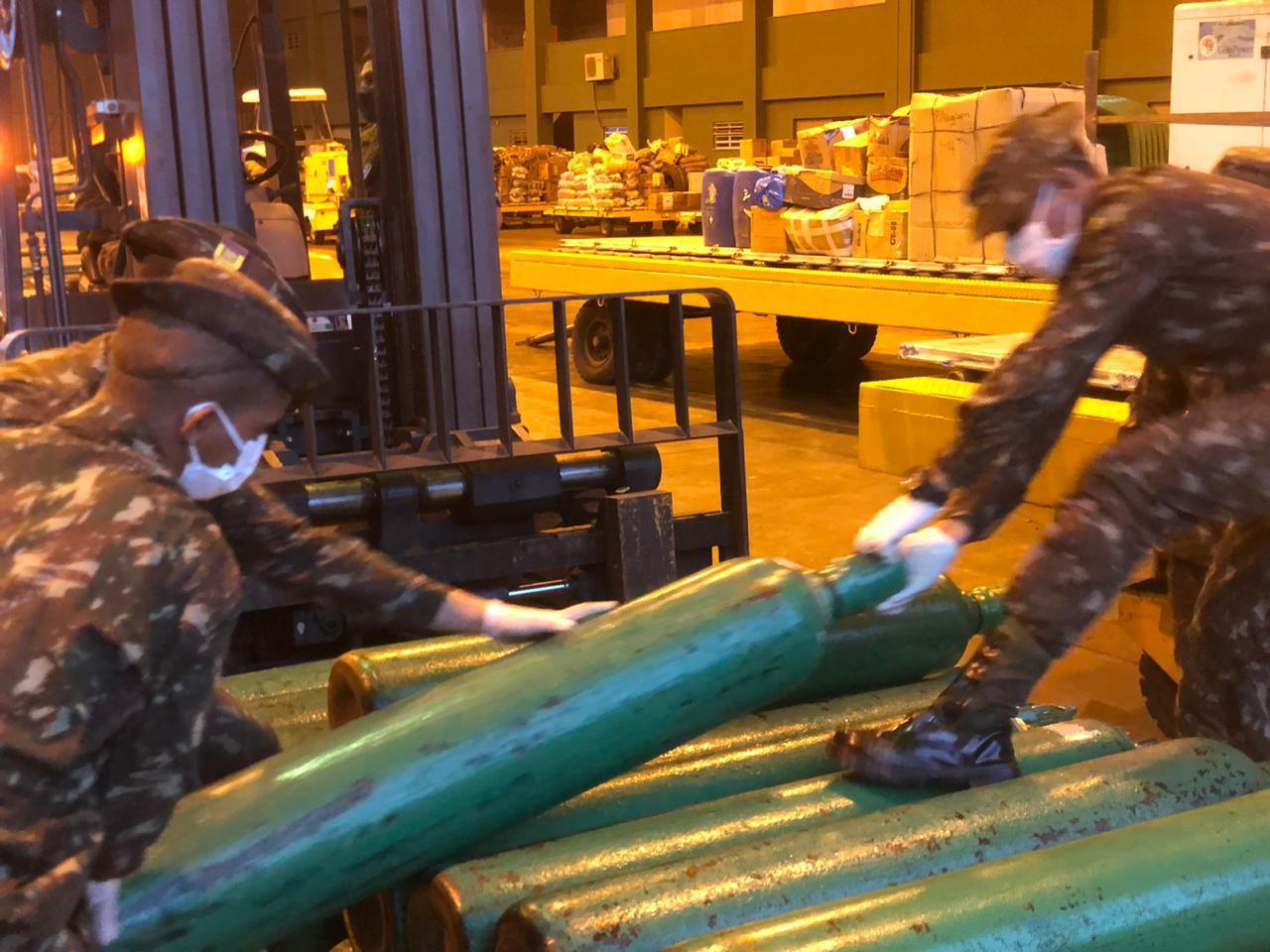 Militares descarregam tubos de oxigênio enviados para repor estoque do hospital em São Gabriel da Cachoeira