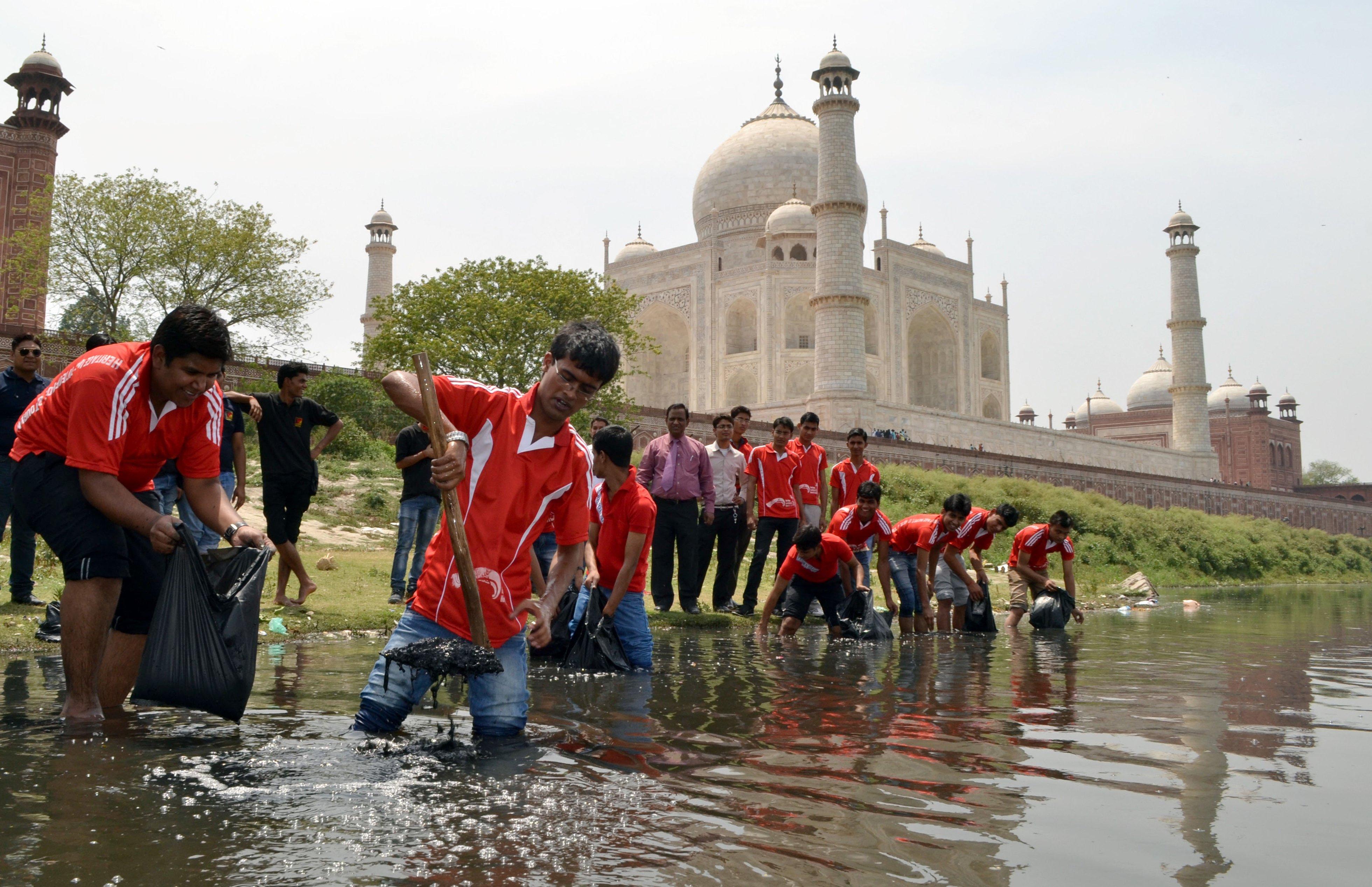 Un grupo de jóvenes limpiando el río Yamuna