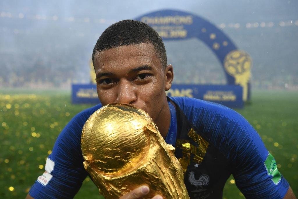 Kylian Mbappé besa la Copa del Mundo