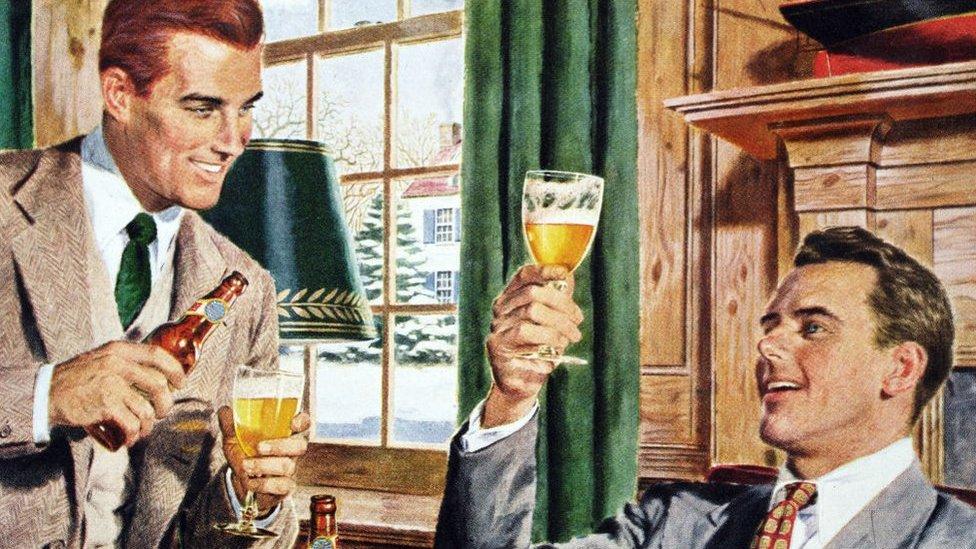 Ilustración de dos profesionales estadounidenses bebiendo en una casa suburbana, cerca de 1945