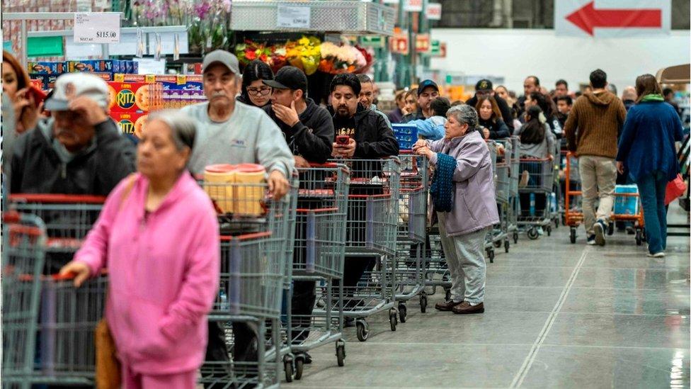 Personas hacen fila en una tienda de México