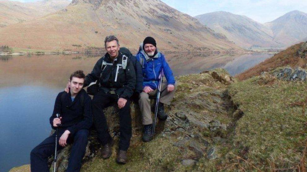 Foto de Paul junto a su hijo y un amigo.