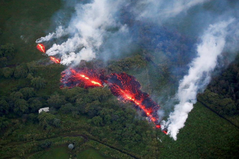 夏威夷基拉韋厄火山噴發時,熔岩滾滾流動。