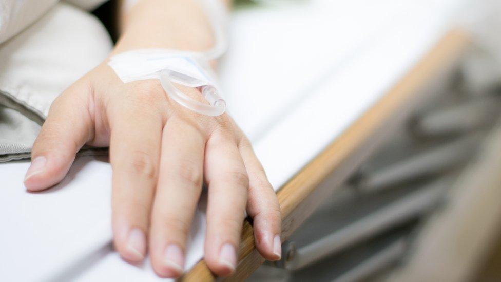 Paciente en una cama de hospital.