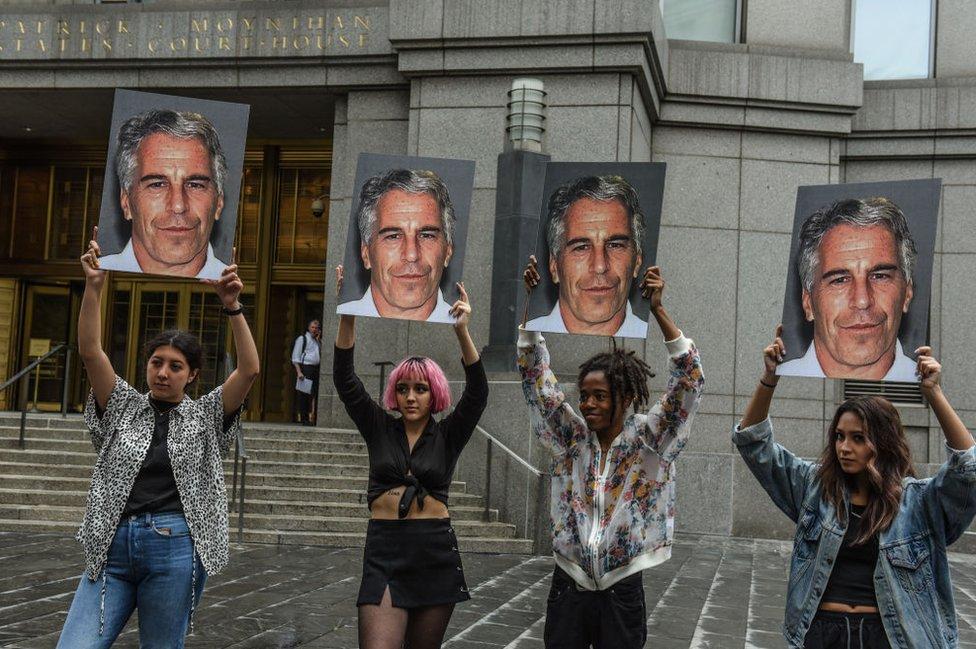 Protesta ante la audiencia de Nueva York donde se celebra el caso contra Epstein.