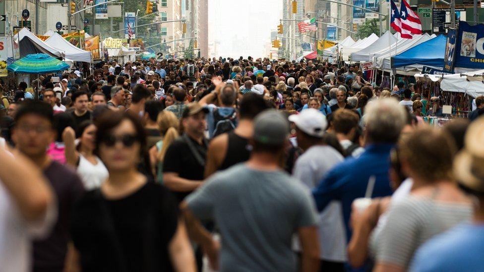 Calle llena de gente