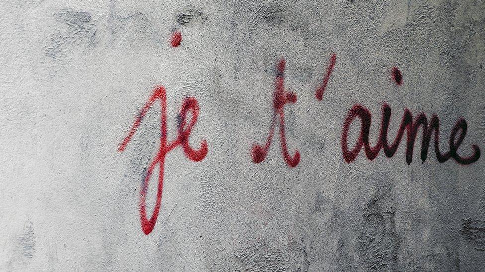 Grafiti con je t'aime, te amo en francés.