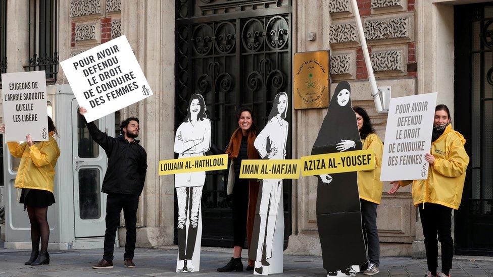 جانب من وقفة في باريس للمطالبة بإطلاق سراح المعتقلات في السعودية