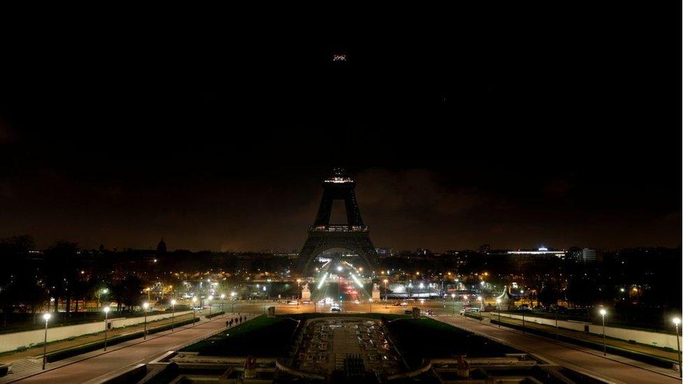 Paris'te Eyfel Kulesi'nin ışıkları söndürüldü