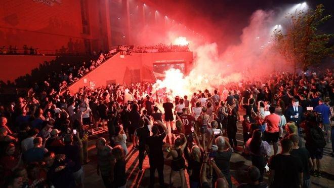 كان 34 شخصا قد أصيبوا بجروح - جروح 3 منهم خطيرة - عندما تجمهر الآلاف في منطقة مطلة على البحر في المدينة للإحتفال بفوز النادي ببطولة الدوري رغم القيود والتحذيرات