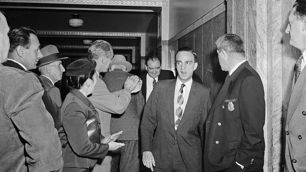 McCarthy y su abogado Roy Cohn son aplaudidos al llegar a la corte de Boston.