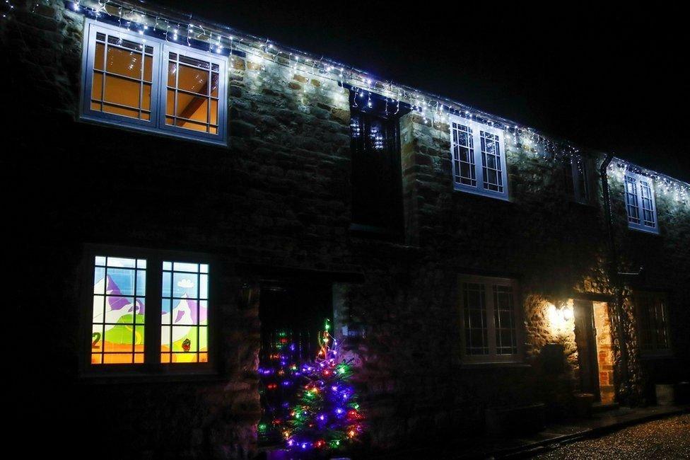 İngiltere'nin Northamptonshire bölgesinde noel için süslenen evler.