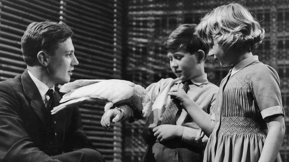 David Attenborough junto al Príncipe Carlos y la Princesa Ana cuando éstos eran niños