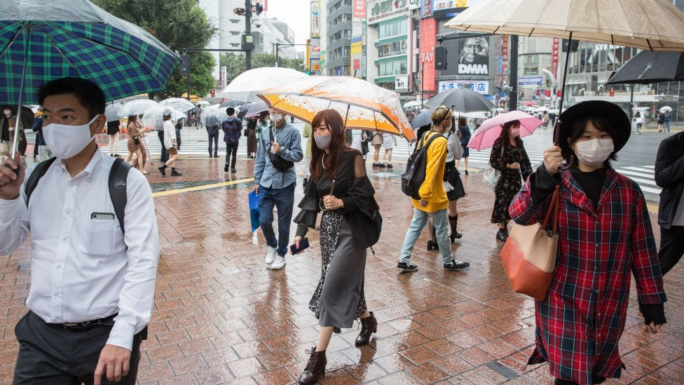 pessoas em rua no Japão