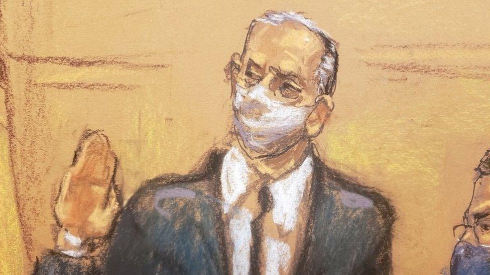 Un dibujo representando a Salvador Cienfuegos jurando ante la jueza Carol Bagley Amon.