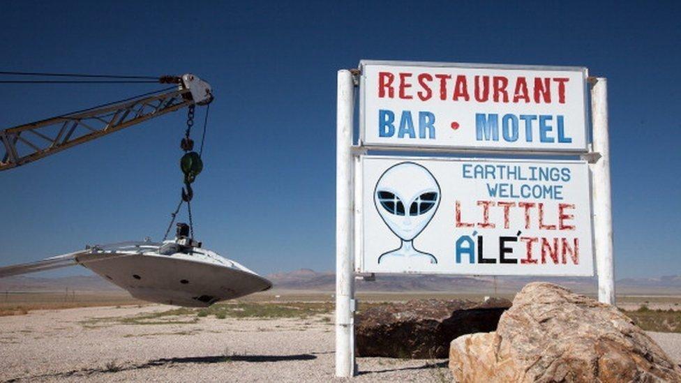 مطعم يستغل الأطباق الطائرة للدعاية