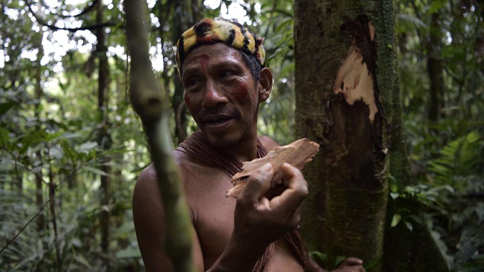 Un indígena Waorani en la selva amazónica de Ecuador