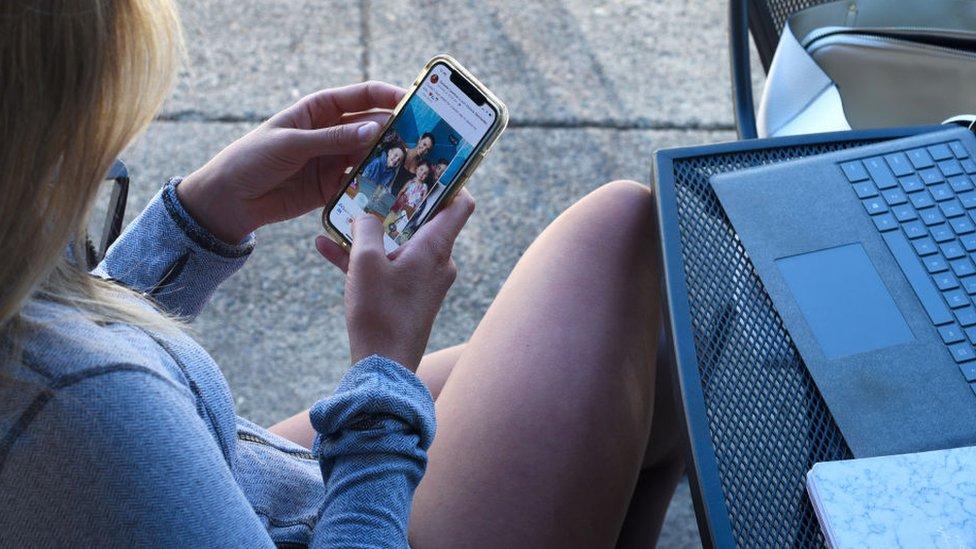 Joven usando celular