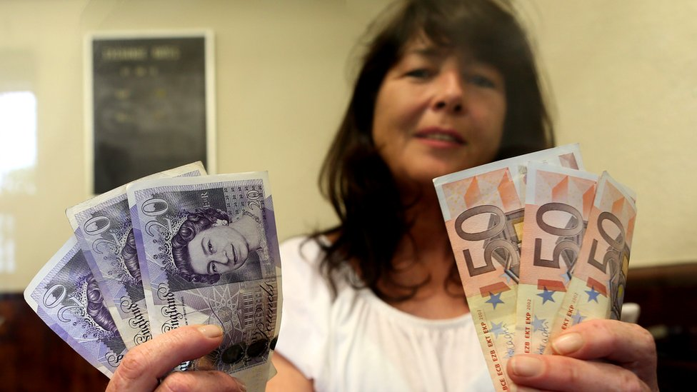 Money exchange on N Ireland border - file pic