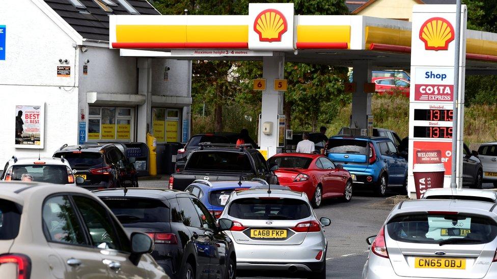 Colas de autos esperando en una estación de gasolina en Gales, 24/9/21