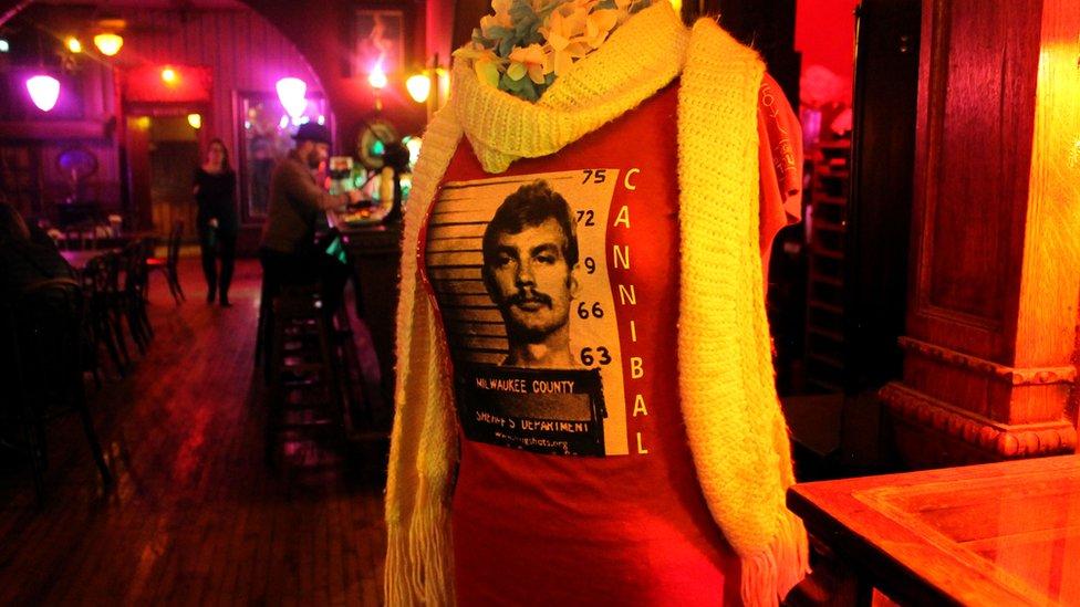 """Majica """"Kanibal iz Milvokija"""" na leđima ima natpis """"Damer 17"""""""