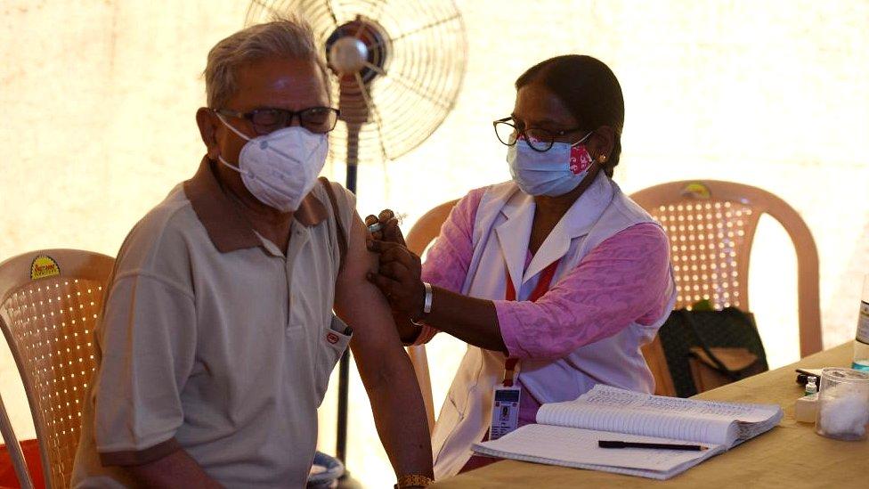Hombre vacunándose